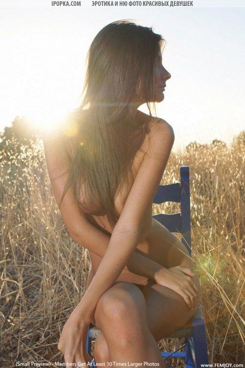 Красивая летняя эротика загорелой молодой девушки