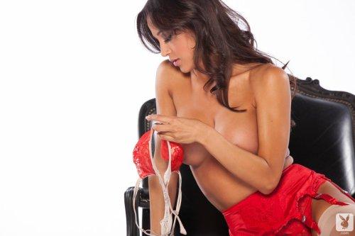 Горячая голая брюнеточка в чулках показала сладкую попу и груди