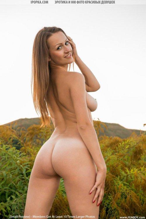 Голая девушка в поле показала супер сексуальную пизду и жопу