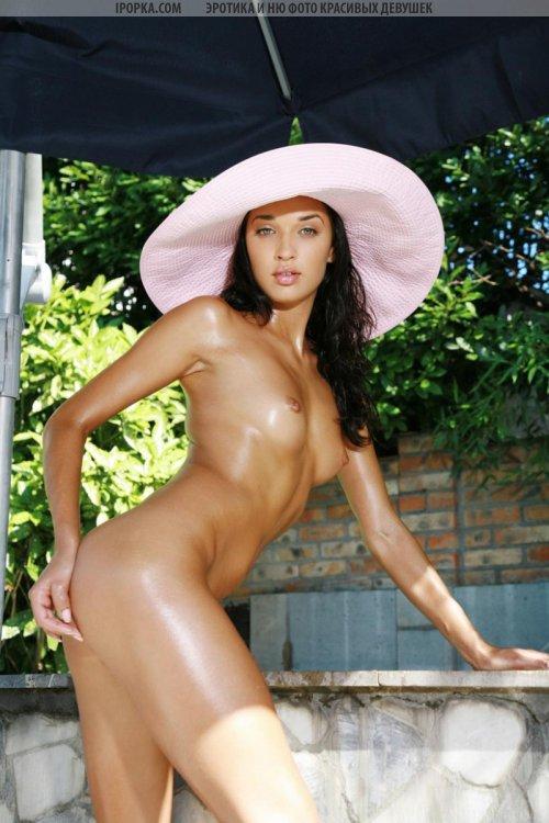 Полностью голая красивая девушка и шикарное тело в масле