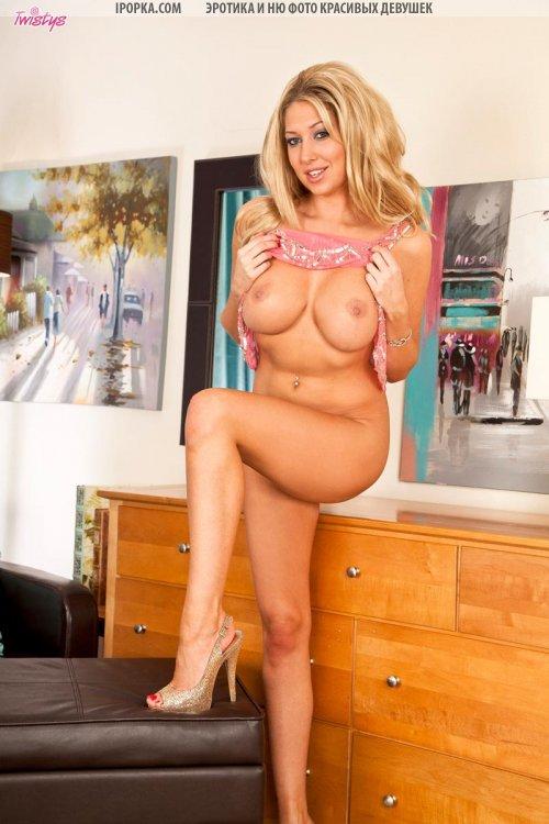 Полу голая девушка и ее нескромные фото