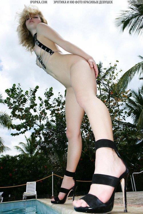 Длинные ножки и красивая попочка голенькой девушки красотки