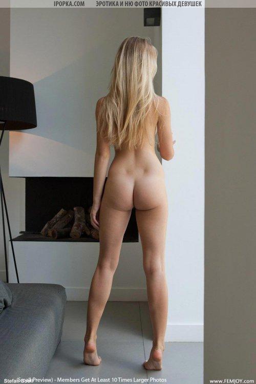 Раздетая девушка фотомодель показывает сиськи письки