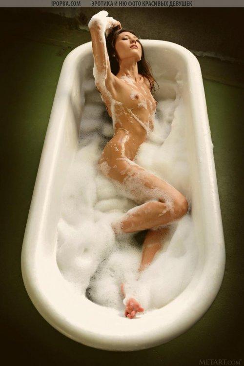 Знойная голая девушка сексуально принимает пенную ванну