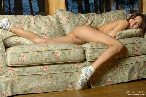 Молодая голая красотка и ее фото эротика в носках