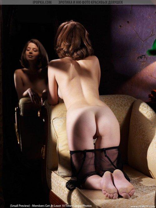 Милую девушку уломали сняться голой на фото дома