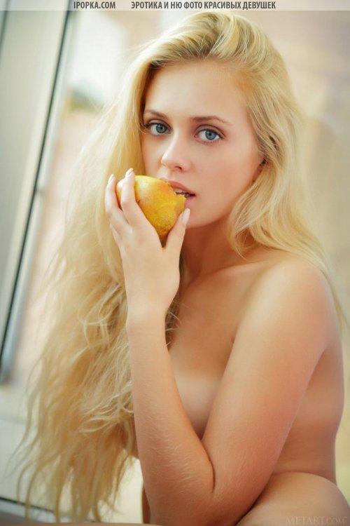 Нежная эротика девочки блондинки с голой попой и сисями