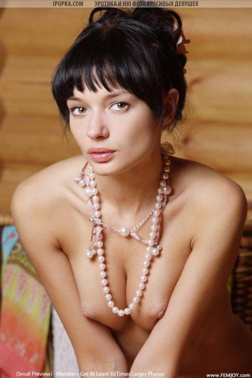 Эро фото шикарной брюнетки с красивейшей голой попкой и грудью