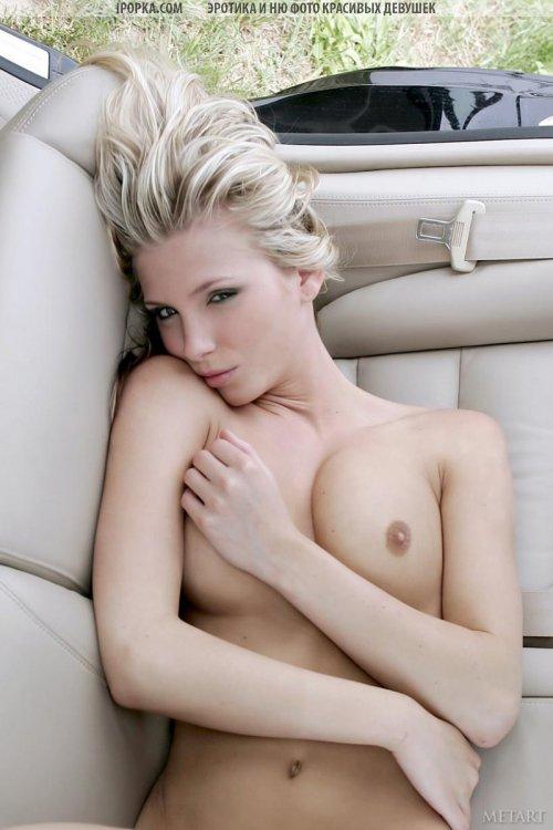 Красивая блондинка показала пизду в машине убойное эро фото