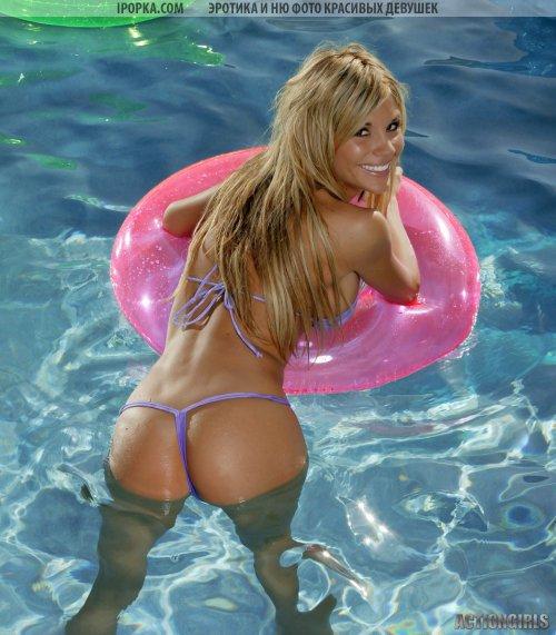 Классная телка плавает голая в бассейне совсем без купальника