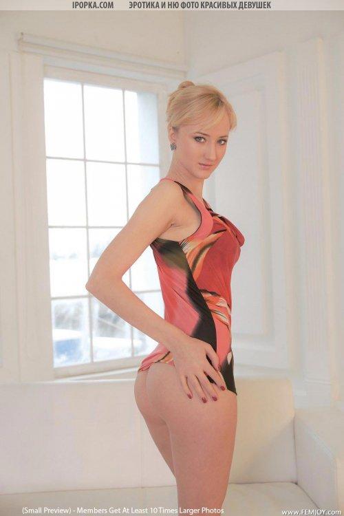 Прекрасная худенькая блондинка полностю голая на фото камеру