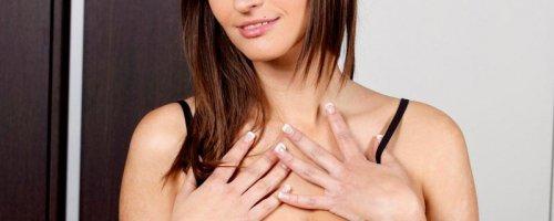 Женщина показала красивую пышную грудь и бритую киску