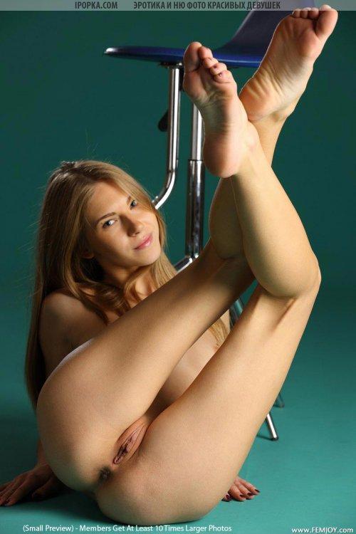 Фото молодой задницы под юбкой у красивой девушки