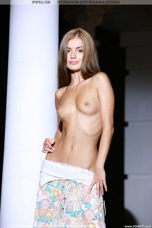 Худая девушка без нижнего белья показала что у нее под платьем