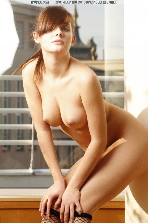 Голая девушка в сетке с голой грудью очень красивой формы