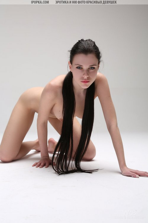 Голые фото брюнетки с длинными волосами на кастинге эротики