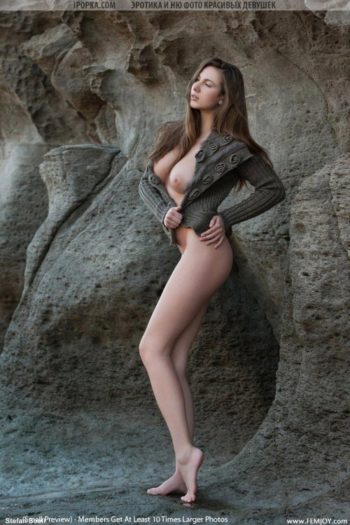 Голая большегрудая девушка с красивым животиком и секси ножками