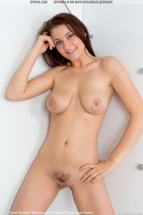 Хорошая эротика обычной голой девушки в гостях у нее дома