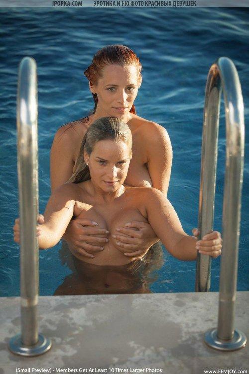 Очень красивая эротика двух девушек обнаженных в воде
