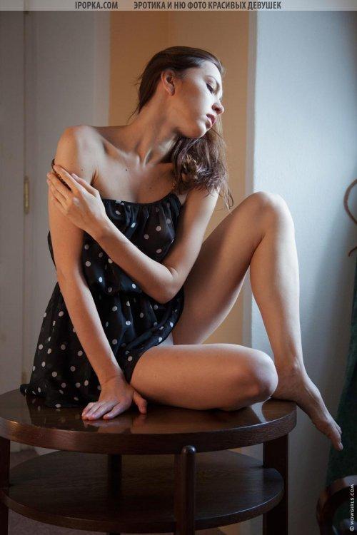 Красивые ножки молодой девушки в легком платье эротика