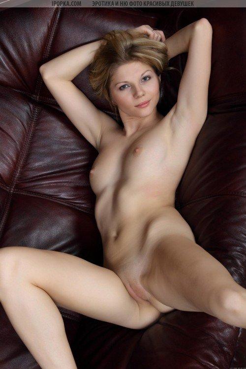красивая белокурая девушка
