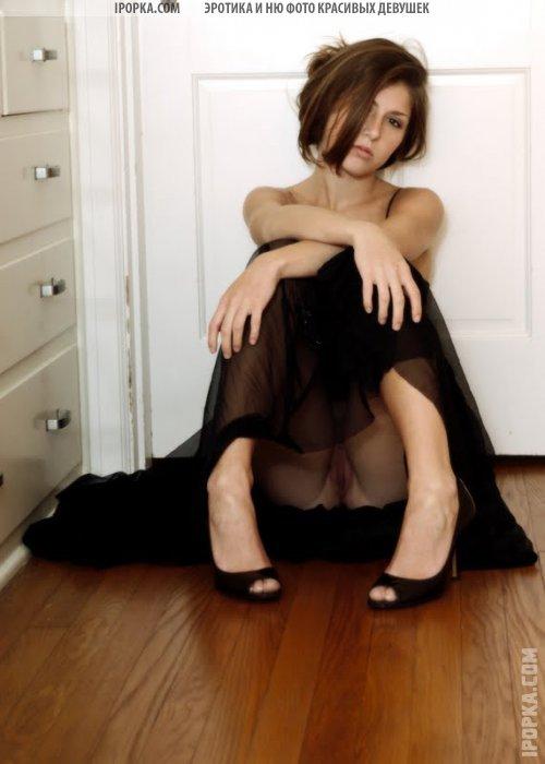 Симпотичные девушки задрали платья и юбки