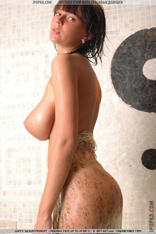 Мокрые огромные сиськи голой девушки в душе