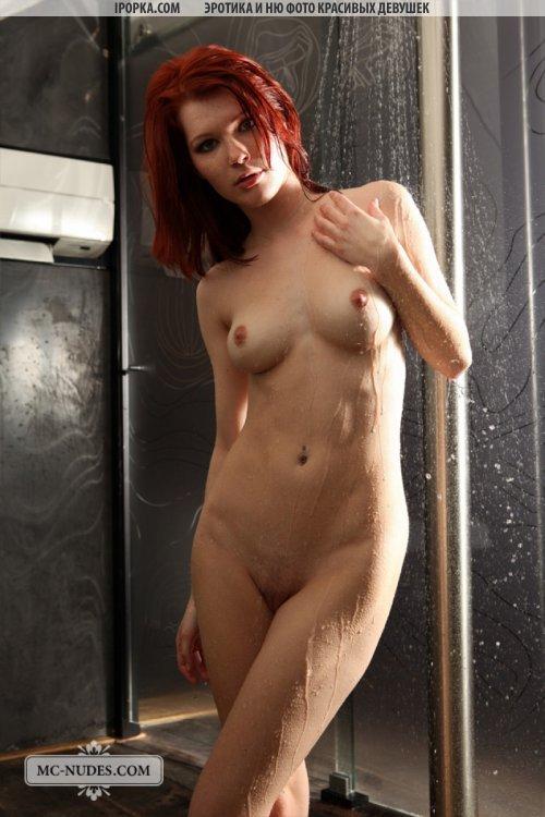 Красивая бритая киска стройной девушки