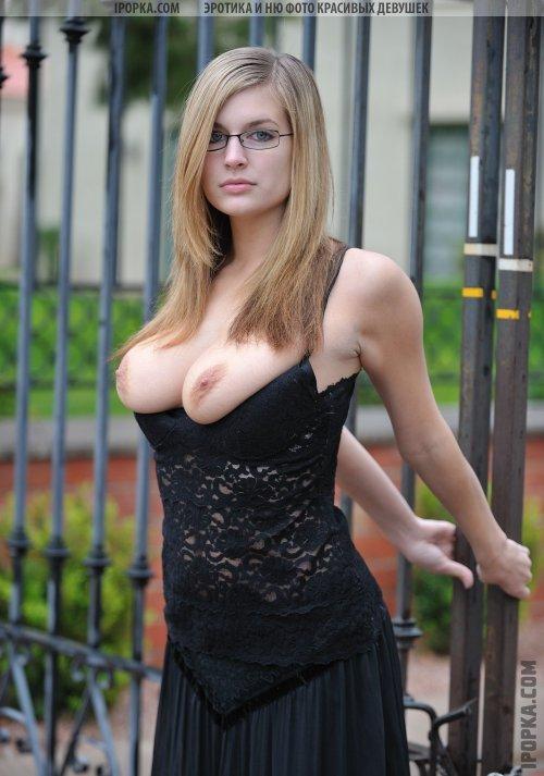 Красивые молодые секретарши позируют свои прелести