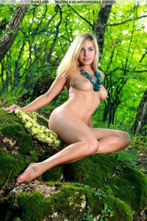 эротика девушка в лесу