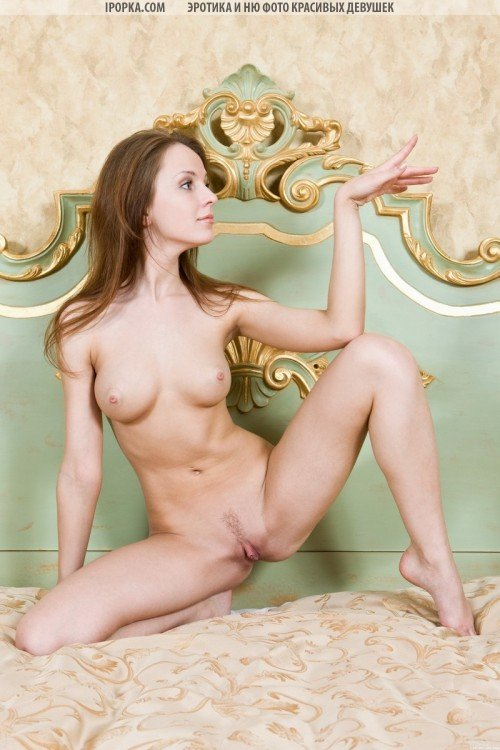 Голая девушка с большим клитором