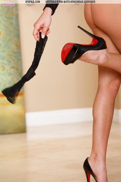 Красивая девушка сняла трусики и раздвинула ножки