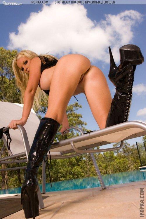 Утонченная блондинка Бэлли в игривом и эротичном нижнем белье
