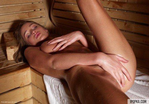 Мокрая и горячая секси герл блаженствует в сауне