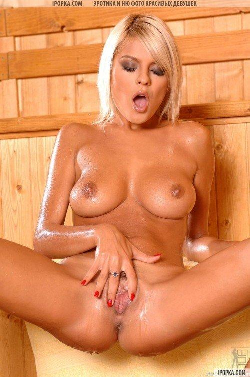 Яркая блондинка разгарячилась в сауне