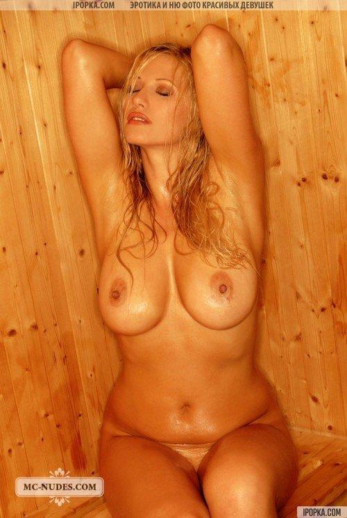 Пышнотелая сексуальная блондинка в сауне