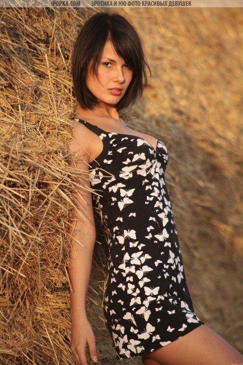 Деревенская девка с большими сосками в стоге