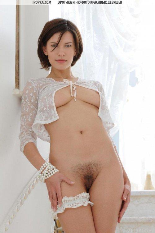 Фото волосатой киски и хороших сисек стройной голенькой девки