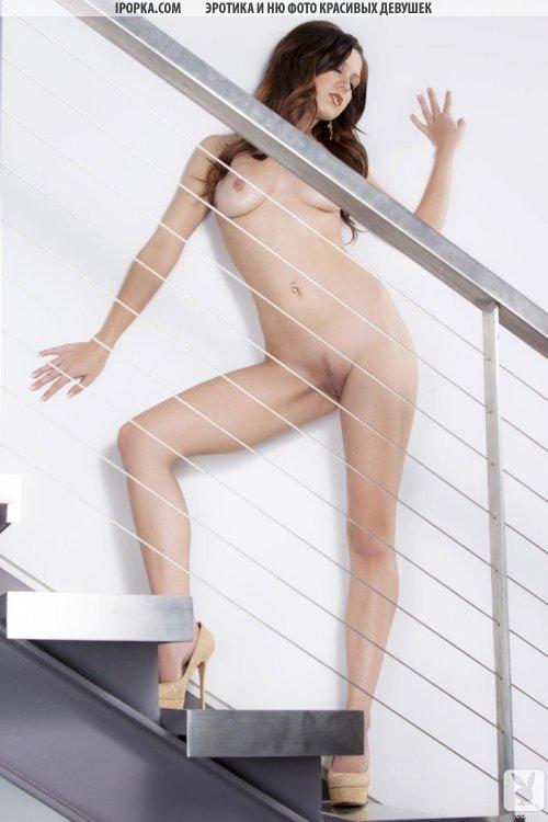 Голенькая девка раздвинула красивые ножки и показала киску