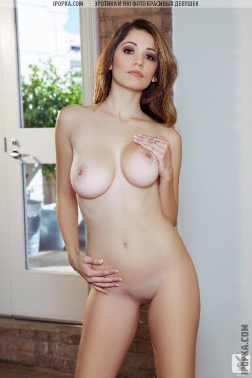 Голая сисястая красотка сексуально позирует