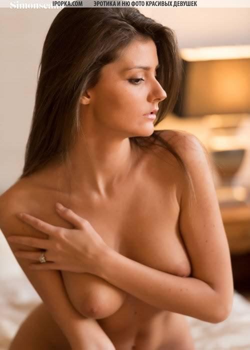 Голая красотка раздевается и снимается голая раком