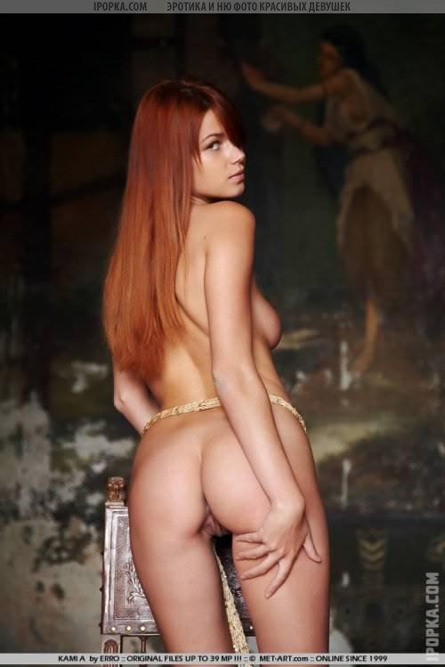 Красивая рыжеволосая девушка раздевается и показывает всю себя фото