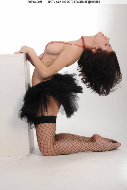 Голая балерина на фото откровенно светит сиськи письки