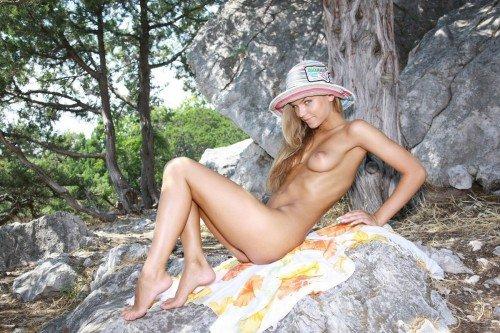 Девушка заблудилась по дороге с пляжа и разделась от жары