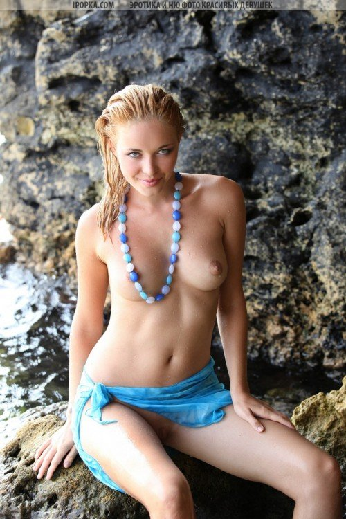 Голая красотка в морском гроте на эротической фотосессии