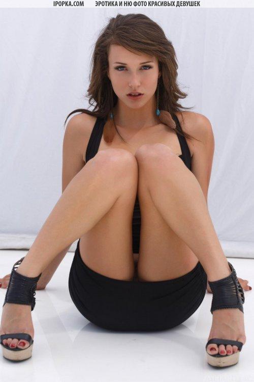 Красивая девушка показывает киску у нее под юбочкой