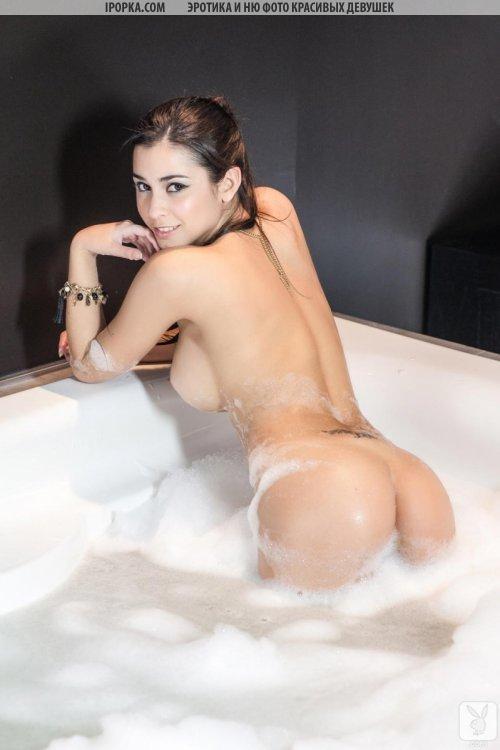 Голая девушка в пене принимает ванну и показывает сиси и попу