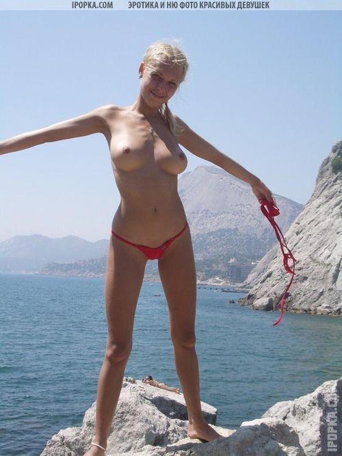 Сексуальные засветы голых попок на летнем пляже