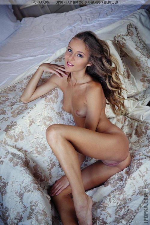 Эротика очень красивой голой девушки