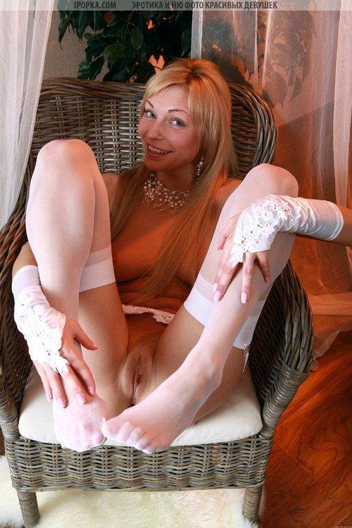 Горячая блондинка в чулках
